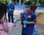 Áo xanh tình nguyện hỗ trợ lấy mẫu xét nghiệm COVID-19 cho thí sinh