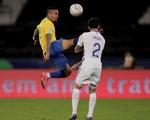 Jesus bị đuổi vì đá kungfu vào mặt đối thủ, Brazil vẫn thắng Chile vào bán kết