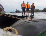 Dông gió lớn lật úp sà lan trên sông Đồng Nai, cứu kịp hai thuyền viên