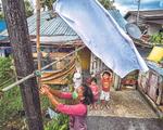 Dân Malaysia treo cờ trắng cầu cứu vì phong tỏa quá chặt