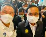 Chụp ảnh với người mắc COVID-19 ở Phuket, Thủ tướng Thái Lan phải cách ly