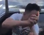 Tài xế được bà con giải cứu khi xe tải đè chắp tay cảm ơn mọi người