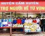 Hà Tĩnh: Tặng tiền, đồ ăn, khẩu trang cho người từ miền Nam đi xe máy về quê