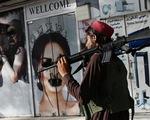 Thay đổi ở Kabul nhìn từ khách sạn: Đàn ông ngừng cạo râu, nhân viên nữ 'biến mất'