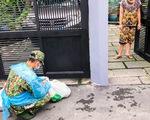 Bộ đội ngồi vỉa hè, ăn cơm hộp... tất tả đi chợ cho bà con mình