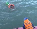 Ngư dân chết đuối khi ôm phao bơi vào bờ