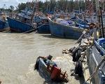 Nước sông Dinh đổ về cuồn cuộn, ghe cá La Gi chìm hàng loạt