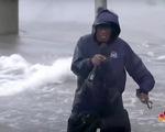 Phóng viên kỳ cựu 67 tuổi tác nghiệp giữa bão gây tranh cãi tại Mỹ