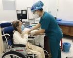 Cụ bà 102 tuổi tiêm vắc xin: