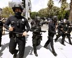 Mỹ bắt buộc tiêm chủng COVID-19: Cảnh sát đâm đơn kiện, nhân viên y tế nghỉ việc