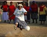 Vòng chung kết World Cup 2010: Khi các lão bà Nam Phi 'sốt' bóng đá