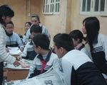 Học trò cùng làm túi giấy bảo vệ môi trường