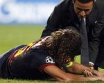 Trật khớp khuỷu tay, Puyol xa sân hai tháng