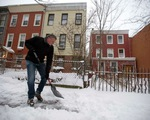 Tân thị trưởng New York xách xẻng tự dọn tuyết nhà mình
