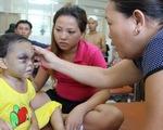 Bé 4 tuổi bị cha mẹ bạo hành phải nhập viện