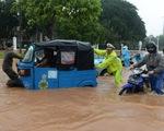 Nhiều nơi nước lũ ngập tới thắt lưng ở Jakarta