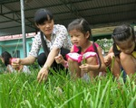 Cô giáo mầm non dạy bé yêu thiên nhiên