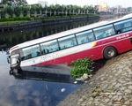 Xe khách húc bay lan can, lao xuống kênh Tàu Hủ