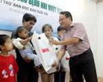 Báo Tuổi Trẻ trao tiền hỗ trợ bệnh nhi suy thận
