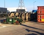 Vụ lật container thứ 6 tại khúc cua chân cầu Phú Hữu