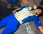 Nhắc đổ rác đúng nơi, công nhân vệ sinh bị đánh bất tỉnh