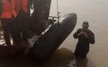 Trục vớt, đưa bom ra khỏi chân cầu Long Biên