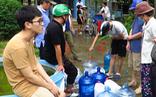 Video: Người dân khổ sở đi xin từng lít nước sạch