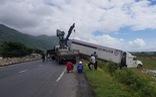 Hai xe tải lao xuống ruộng khi di chuyển trong bão nghi do mất lái