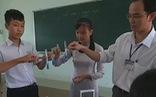 Thầy giáo gom ve chai làm thiết bị thí nghiệm để trò vui học hóa