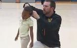 Thầy giáo thể dục cột tóc cho học trò 'đốn tim' dân mạng