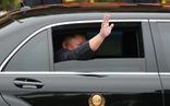 Ông Kim Jong Un mở cửa chống đạn, vẫy tay chào: chưa từng có tiền lệ