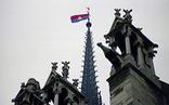Lá cờ Việt Nam trên đỉnh tháp Nhà thờ Đức Bà Paris