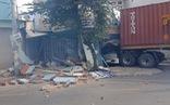 Giải cứu tài xế container kẹt trong cabin sau khi lao vào nhà dân