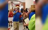 Bác lao công bật khóc khi được học sinh tôn vinh như vua ngày về hưu