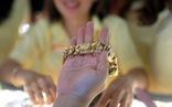 Cuối tuần giá vàng giảm nhanh, vàng trong nước đảo chiều chậm