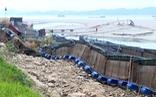Dân nuôi cá lồng lại lao đao vì sông Đà cạn trơ đáy