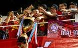 Cầu thủ Viettel đưa cúp vô địch cho CĐV ăn mừng