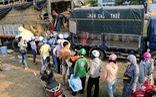 Người Sài Gòn xếp hàng 'giải cứu' dưa hấu, có người mua cả tấn làm từ thiện