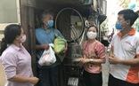 Cán bộ phường nấu cơm, phát gạo cho người nghèo mùa dịch