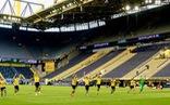 Cầu thủ Dortmund chào khán đài trống vì... không ai đến sân