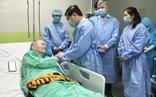 Chủ tịch UBND TP.HCM thăm hỏi bệnh nhân phi công người Anh