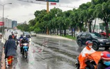 Đổ dốc cầu vượt gặp ngay hố lún, nhiều người đi xe máy té ngã
