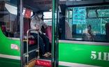Xe buýt hoạt động trở lại, trên xe chở 1-2 người