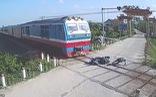 Video người đàn ông ngã vào đường ray thoát chết trong tích tắc trước mũi tàu hỏa
