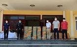 Tặng quà, phân phát hàng cứu trợ cho người Việt khó khăn ở Campuchia