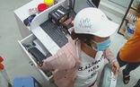 Video: Người phụ nữ giả đò hỏi mua hàng rồi trộm ví tiền của nữ sinh viên làm thêm