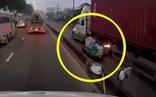 Clip xe container chạy trong làn xe máy, ép xe lôi tông vào con lươn