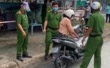 Người phụ nữ chạy xe thẳng vào nơi phong tỏa còn lột khẩu trang, lớn tiếng la lối