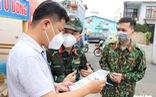 Khoác đồ bảo hộ, học viên Học viện Quân y tận tình hướng dẫn người dân TP.HCM test nhanh tại nhà