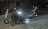 Clip nữ công nhân thu gom rác khóc lóc, van xin khi bị 4 thanh niên cướp xe máy trong đêm